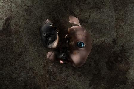 燃やされた人形の顔は、その体から取り除かれました