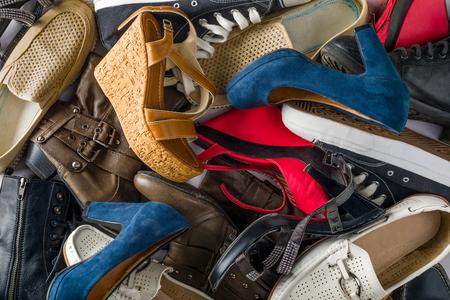 どこにでも散らばった多くの種類の靴