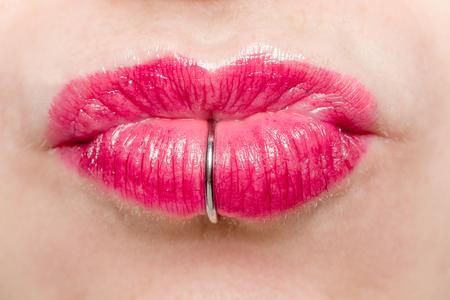 ラブレットピアスでキスする女性の口の詳細