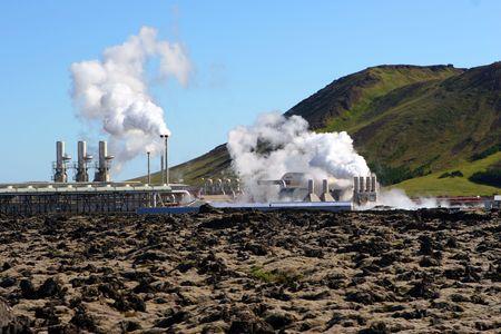 evaporarse: Una estaci�n de energ�a geot�rmica vapores en un d�a fr�o en Islandia