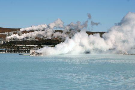 evaporarse: La laguna azul de la piscina en la estaci�n de energ�a geot�rmica en Islandia