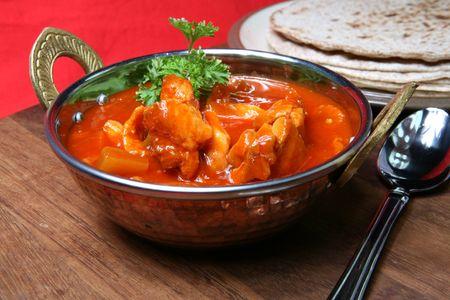 chicken curry: Eine leckere Mahlzeit von Chicken Curry serviert in einem Balti Dish oder Karahi, mit