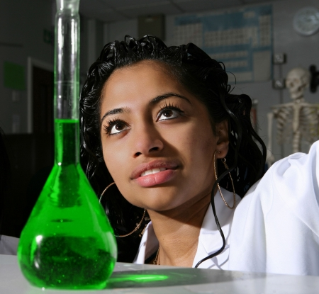 experimento: Un estudiante prepara una soluci�n de colorantes de alimentos verdes