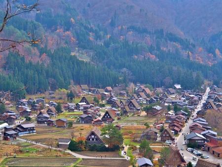 Bella vista aerea dei villaggi storici di Shirakawa Shirakawa-go in Autumn Season. Il villaggio di Shirakawa-go è ben noto per le case costruite nello stile Gassho-Zukuri. Archivio Fotografico