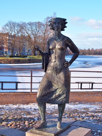 sola: KARLSTAD, SWEDEN - FEBRUARY 21, 2016: Statue of Eva Lisa Holtzat, a Swedish waitress and innkeeper who became the symbol for the Karlstad city. She was known in Sola i Karlstad (the Sun in Karlstad).