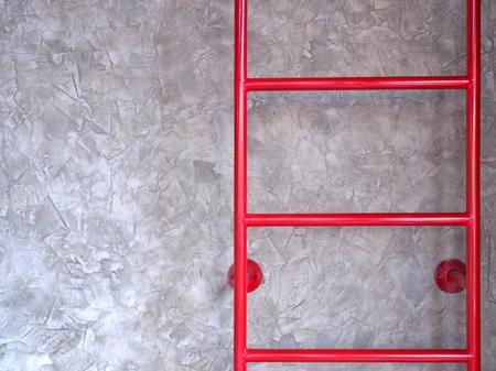 fixed: escalera fija roja en la pared de cemento, con copia espacio. Foto de archivo
