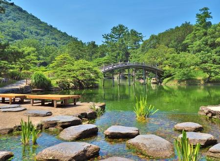 Een houten brug - Engetsukyo in Ritsurin Garden in Takamatsu stad, Kagawa Prefecture, Japan. Ritsurin Garden is een van de meest beroemde historische tuinen in Japan.