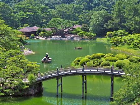 香川県高松市の高松栗林公園の丘からの眺め。高松栗林公園は、日本で最も有名な歴史的庭の 1 つです。