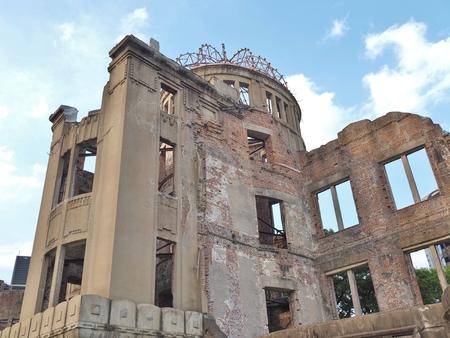 bombe atomique: Mémorial de la Paix d'Hiroshima, communément appelé Atomic Bomb Dome (Dôme de Genbaku). Ce dôme était le seul bâtiment à rester debout dans la zone où la première bombe atomique a explosé le 6 Août 1945. Éditoriale