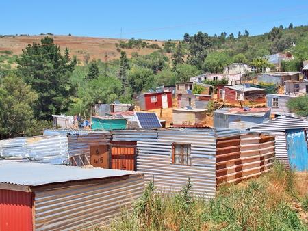 Los paneles solares en el techo de la cabaña en el asentamiento informal - Enkanini, en las afueras de Stellenbosch, Western Cape, Sudáfrica. Muchas chozas en Enkanini tienen paneles solares para el acceso a la electricidad.