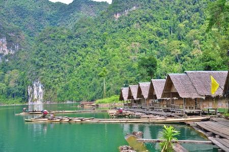 Het bamboevlot die op Cheow Lan Lake in Ratchaprapha-Dam bij het Nationale Park van Khao Sok, de Provincie van Surat Thani, Thailand drijven. Stockfoto - 84720077