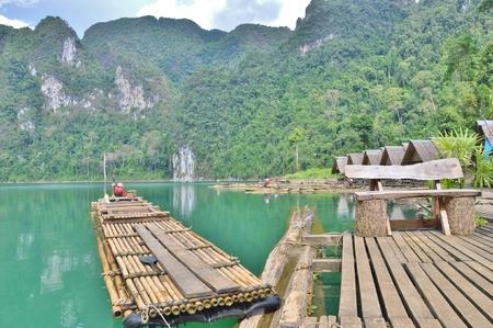 Het bamboevlot die op Cheow Lan Lake in Ratchaprapha-Dam bij het Nationale Park van Khao Sok, de Provincie van Surat Thani, Thailand drijven. Stockfoto