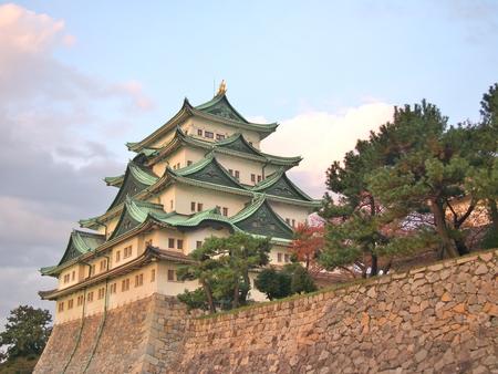 Nagoya Castle es un castillo japonés en Nagoya, Prefectura de Aichi, Japón. El Castillo de Nagoya fue construido en 1612 y destruido por los ataques aéreos de los Estados Unidos en la Segunda Guerra Mundial. El castillo fue reconstruido en 1959. Foto de archivo - 87555859