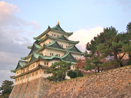 Nagoya Castle is a Japanese castle in Nagoya, Aichi Prefecture, Japan. Nagoya Castle was built in 1612 and destroyed by US air raids in World War II. The castle was reconstructed in 1959. 版權商用圖片 - 87555859