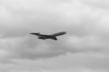 aviones pasajeros: avi�n de pasajeros volando a baja altura Foto de archivo