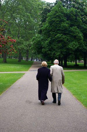 pareja de esposos: ancianos paseando pareja se cas� en el parque de Londres