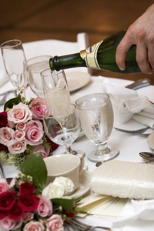evento social: champa�a que se vierte en vasos plegado durante una boda o evento social  Foto de archivo