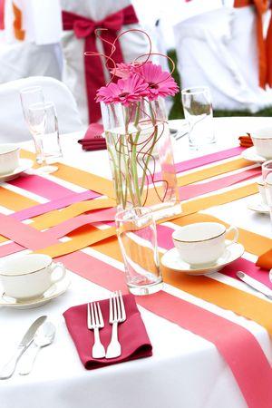 펑키 신선한 젊은 신부 및 신랑에 대 한 매우 시원한 및 진보적 인 결혼식 테이블 설정. 이건 네 엄마 결혼식이 아니야! 이 시리즈의 몇 가지 중 하나입 스톡 콘텐츠