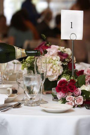 evento social: Champagne que se derram� en acanaladas gafas durante una boda o evento social  Foto de archivo