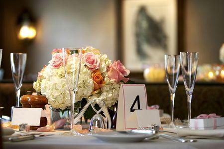tabel waarin voor een bruiloft of diner geval zeer ondiepe scherptediepte met de focus op de bloemen, wazige achtergrond en naam blanco kaarten