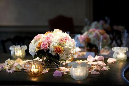 Een boeket van bloemen met kaarsen, die tijdens een bruiloft evenement Stockfoto - 624846
