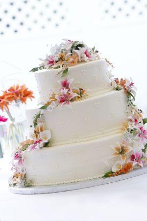 boda pastel: una torta hermosa de la boda con un arreglo georgeous de la flor del caramelo. Esta imagen es trasera se encendi� pesadamente con soplado fuera de fondo