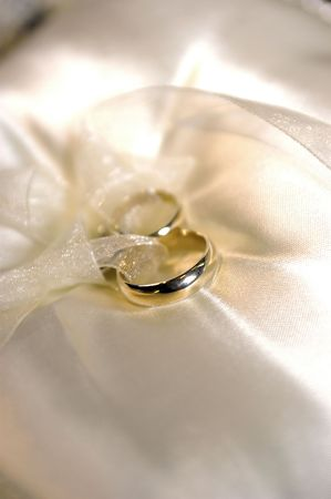 sharpness: Gold wedding rings with sharpness on the forground ring, and a shallow Depth of field Stock Photo