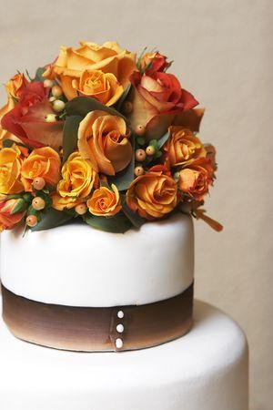 boda pastel: La parte superior de un pastel de boda de fantas�a con flores  Foto de archivo