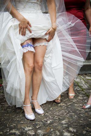 reggicalze: Sposa ci mostra ci� che � sotto il suo vestito! Lei indossa due sexy giarrettiere.