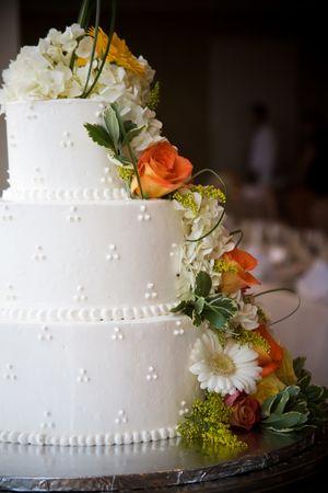 Wedding cake with flowers, shallow depth of field Standard-Bild