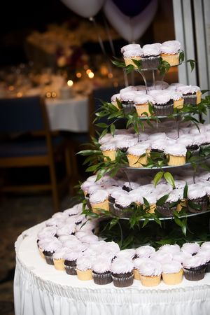 many weddings are skipping the wedding cake and serving cupcakes instead