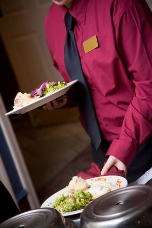 voedsel wordt geserveerd door een ober tijdens een bruiloft of catered social event