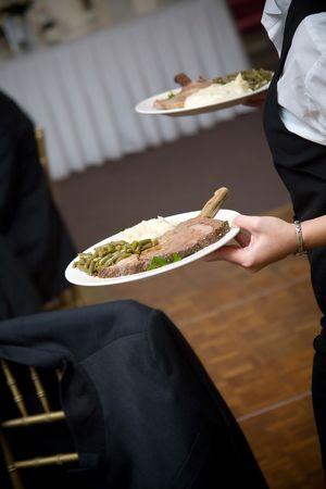 evento social: alimentos servidos por un camarero en una boda o evento social atiende Foto de archivo