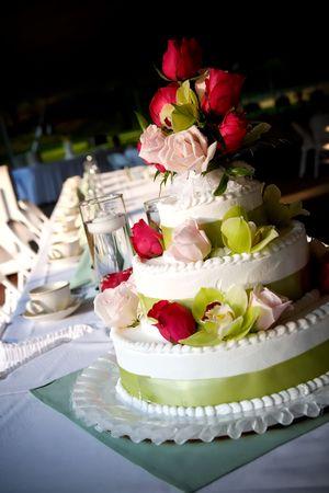 화려한 꽃으로 장식 된 웨딩 케이크