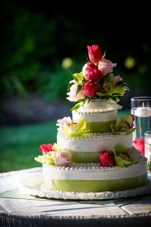 a fancy wedding cake decorated with flowers Imagens