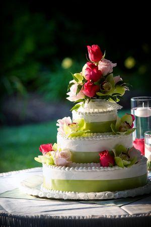 fantasia, torta nuziale decorata con fiori