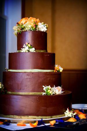 a chocolate wedding cake ready to be cut Standard-Bild