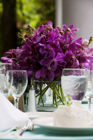 Fancy table flower arrangement during a wedding or special event Standard-Bild
