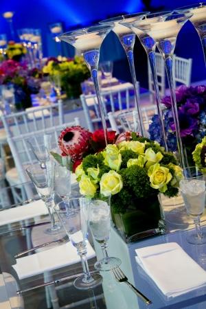 투명한 유리 테이블, 꽃, 양초로 된 멋진 결혼 훈장