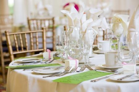 이 저녁 식사 서비스를위한 결혼식 테이블 세트입니다. 이 테이블에 녹색 메뉴가 있지만, 당신은 글을 읽을 수 없습니다.