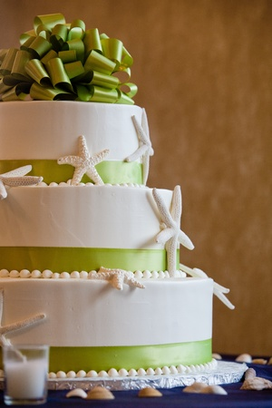 wedding food: wedding cake with a green bow and a seashell theme