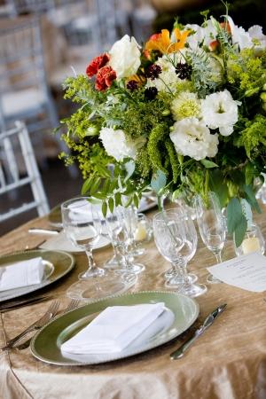 결혼식에서 세부 사항. 꽃다발을 가진 고급 식사를 위해 설정된 테이블