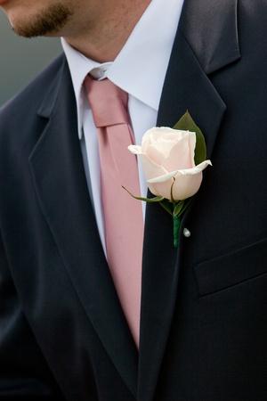 wa rosa Hochzeit boutonniere buing von einem Mann in einem Anzug getragen Standard-Bild