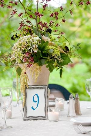 웨딩 테이블은 고급 레스토랑이나 다른 음식을 장만 이벤트에 대한 설정 스톡 콘텐츠 - 12959249