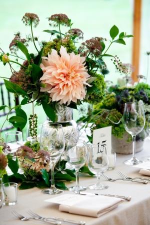 예쁜 꽃 중심으로 고급 식당에 설정 웨딩 테이블
