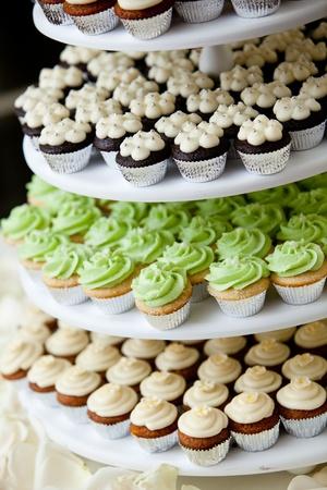 mini cupcakes op een multi-level tier in verschillende kleuren