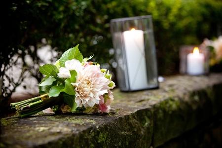 신부 결혼식 꽃다발의 벽에 앉아 꽃 스톡 콘텐츠