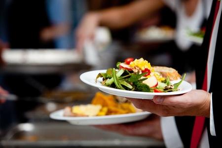 연회 또는 다른 음식을 장만 이벤트 기간 동안 자신의 음식과 라인에있는 사람