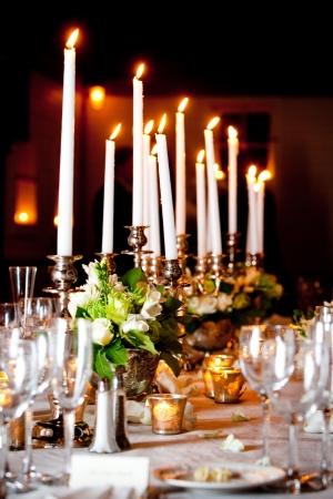Una tabella di matrimonio di grandi dimensioni impostata per una cucina raffinata con un sacco di candele Archivio Fotografico - 13087855