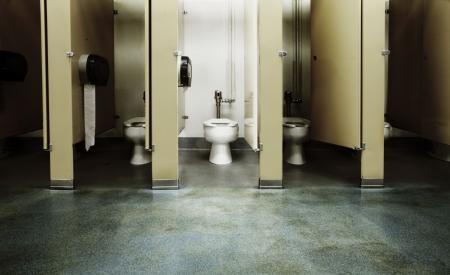 papel higienico: Un ba�o limpio entre un mont�n de sucios queridos  Foto de archivo
